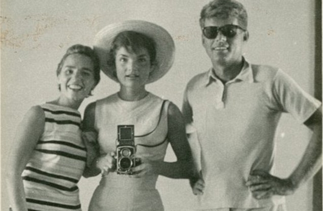 JFK-with-his-wife-jackie-and-sister-in-law-Ethel-in-1954-photos-took-in-mirror