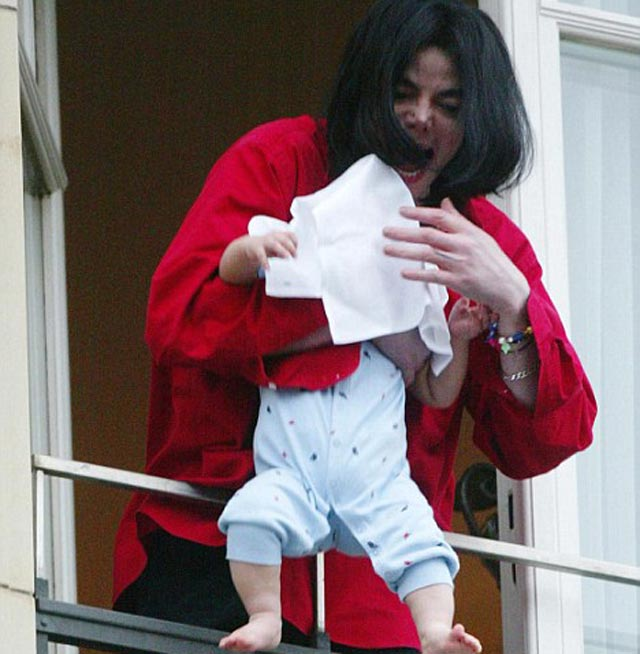michael-jackson-holding-a-baby-in-balcony
