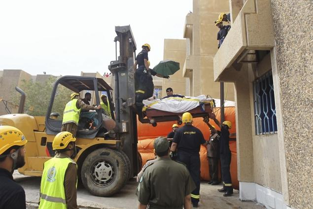 Khaled-Mohsen-Shaeri-carried-to-hospital-by-crane