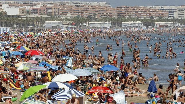 popular-Beaches-in-Valencia-Spain-during-holiday-season