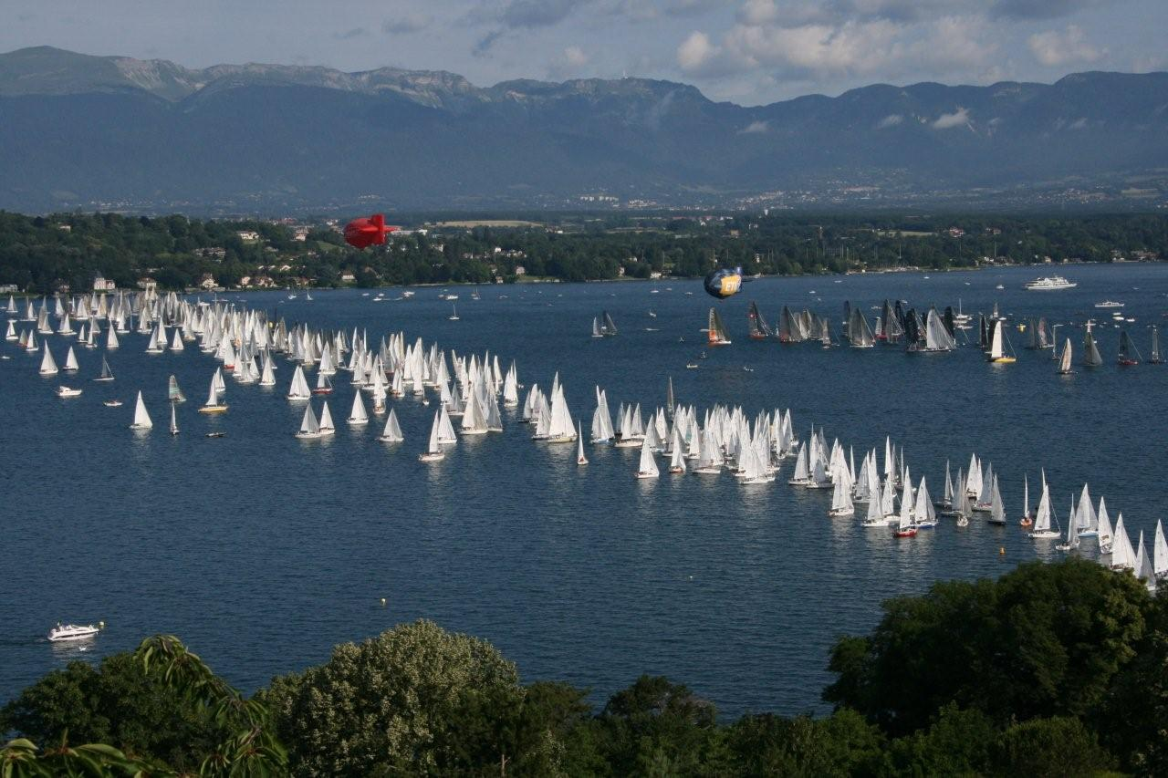 wind-surfing-over-lake-geneva-in-summer