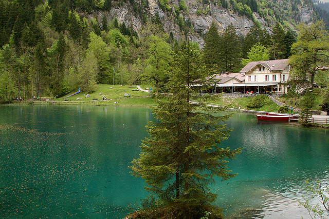 Blue-Lake-of-Switzerland-looks-very-beautiful