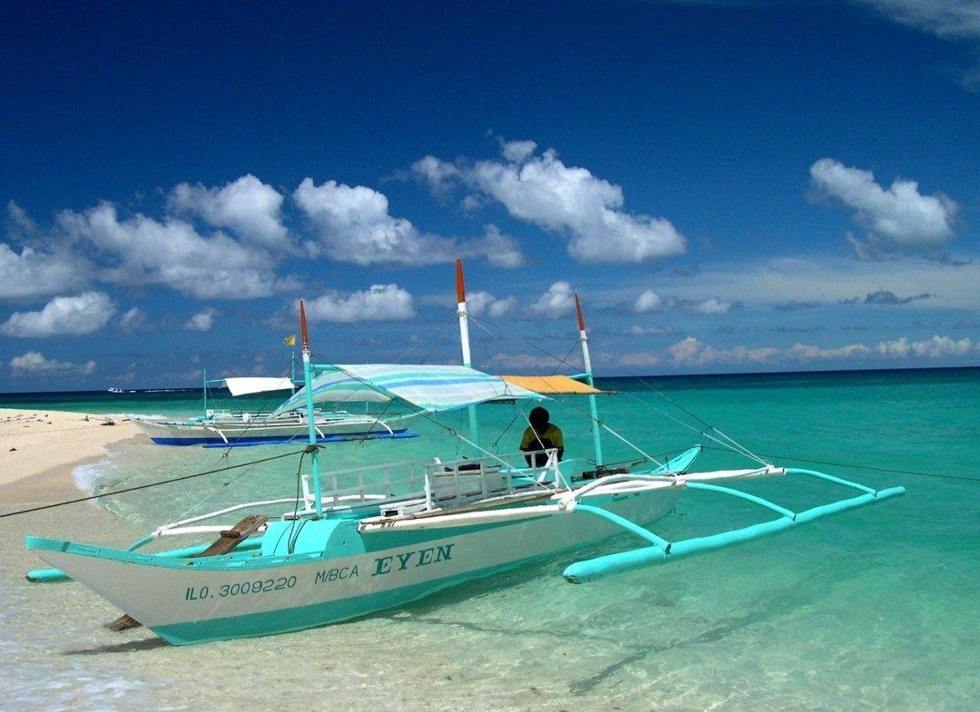 palawan-island-blue-boat-over-blue-water-looks-amazing