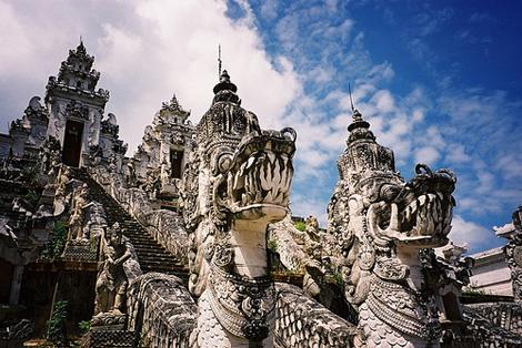 pura-lempuyang-entrance-dragon-like-statue
