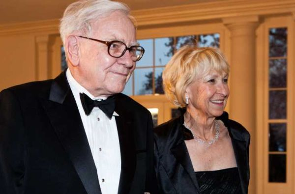 Warre-Buffett-with-his-wife
