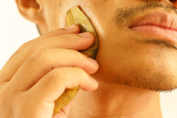 Applying-a-peel-of-banana-on-your-face