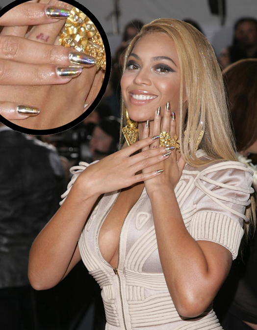Beyonce-with the latest-trending-stiletto nails