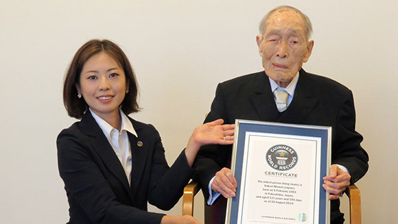 Sakari-Moimoi-gets- awarded-the Guiness-world-record-certificate