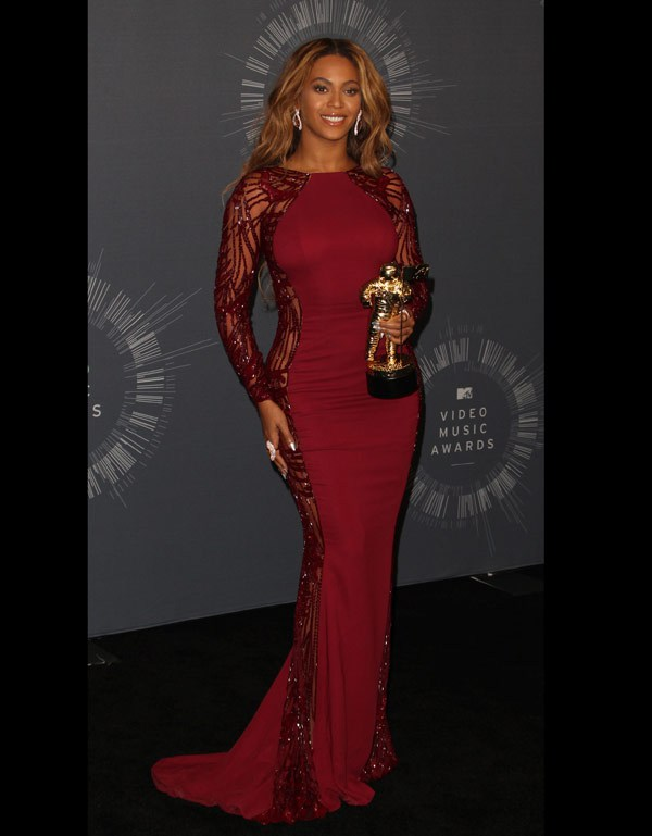 beyonce-dressed-in-a-red-dress-during the-Mtv-video-music-awards
